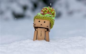 Danbo Discovering Snow Mac wallpaper