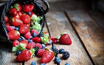 Berries In Basket Macro Mac wallpaper