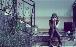 Girl Sitting On The Stair Mac wallpaper
