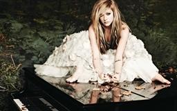 Avirl Lavigne In A White Dress Mac wallpaper