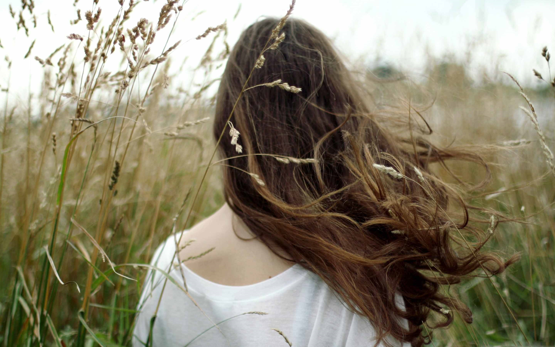 Красивое фото шатенки со спины