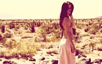 Girl On The Desert Mac wallpaper