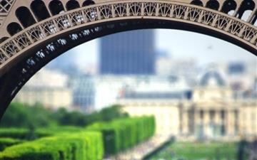Eiffel Tourists Mac wallpaper