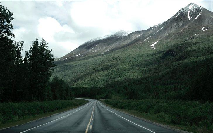Road along Alaska mountai... Mac Wallpaper