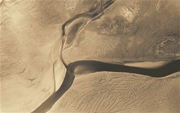 River in an arid plain Mac wallpaper