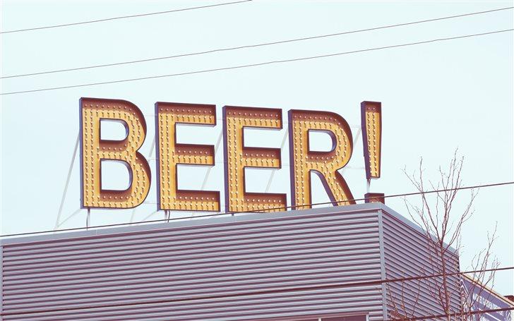 A beer sign on a bar Mac Wallpaper