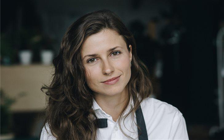 smiling woman wearing gra... Mac Wallpaper