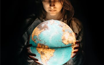 The World in her hands Mac wallpaper