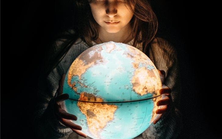 The World in her hands Mac Wallpaper