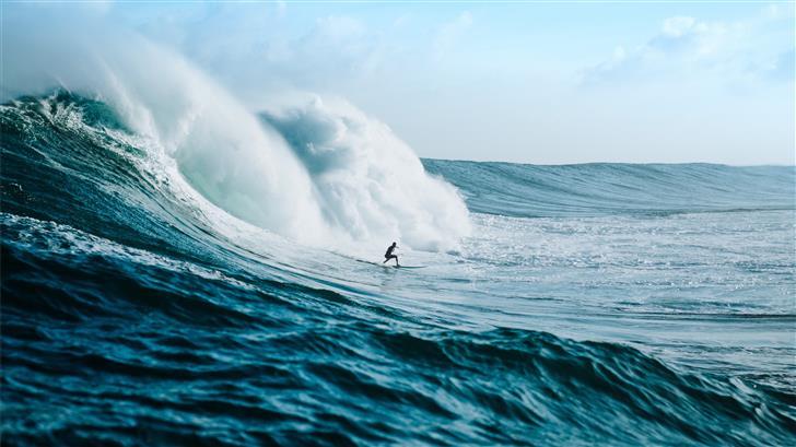 man surfing towards sea waves Mac Wallpaper