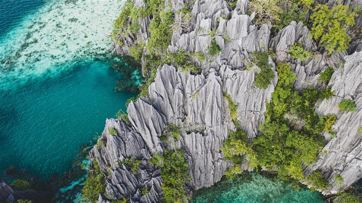 gray rock formation beside body of water during da Mac Wallpaper