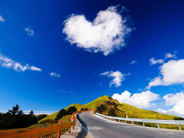 Heart shaped cloud Mac Wallpaper