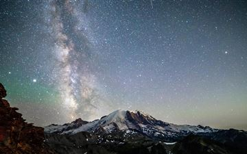 mt rainier under the nights sky 5k iMac wallpaper