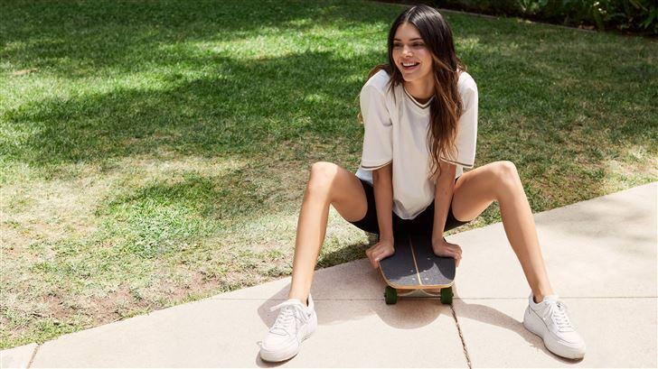 kendall jenner smiling sitting on skateboard Mac Wallpaper