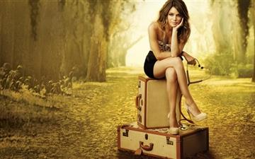 The girl to travel Mac wallpaper